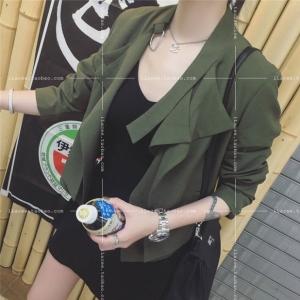 เสื้อคลุมตัวสั้น แต่งปก 2 ชั้น ทรงสวย สีเขียวทหาร ผ้าเนื้อดี ทิ้งตัว ไม่หนามาก ใส่คลุมกำลังดี เท่ๆ