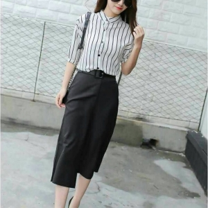 Set_bt1370 งานนำเข้าสไตล์เกาหลี ชุด 2 ชิ้น(เสื้อ+กางเกง)แยกชิ้น เสื้อแขนยาวคอตั้งกระดุมหน้าลายริ้วสีขาวดำ+กางเกงขายาวห้าส่วนเอวสม็อคหลังกระเป๋าข้างผ้าเนื้อดีสีพื้นดำ แบบสวยเรียบดูดี ใส่ทำงานได้