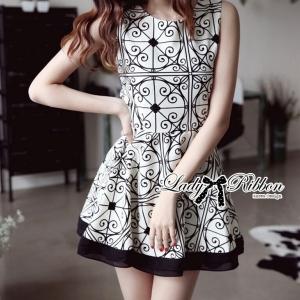 พร้อมส่ง - Lady Avril Minimal Chic Swirl Print Dress Size M : เดรสแขนกุดพิมพ์ลายสีขาวดำ ขนาด M