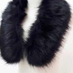 ขนเฟอร์ fur สีดำขนนุ่มลื่น ใช้ติดเสื้อหนาว หรือใช้พันคอเพิ่มความเก๋ มิกได้กับทุกชุด มาพร้อมกระดุมใส
