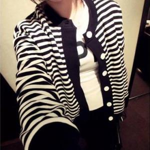 พร้อมส่ง - เสื้อคลุมลายดำขาว ทรงน่ารัก เกาหลีสุดๆ