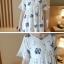 Dress3945 ชุดเดรสทรงปล่อยแขนระบายลายดอกไม้ฟ้าเทาพื้นสีขาว ผ้าคอตตอนลินินเนื้อดีมีน้ำหนักทิ้งตัวสวย งานเกรดพรีเมียมผ้าเนื้อดีไม่ยับง่าย งานสวยดูหรูดูแพง แนะนำเลยจ้า thumbnail 12