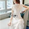 ชุดเดรสผ้าลูกไม้สีขาวทรงคอสูงตกแต่งระบาย