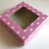 กล่องกระดาษสีชมพูลายจุด 8*8*2.5 cm 100ชิ้น