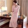 ชุดเดรสยาวสีชมพู ผ้าลูกไม้ แขนยาว ปลายกระโปรงแต่งระบาย แนวสวยๆ เรียบหรู ดูดี เป็นชุดใส่ออกงาน ไปงานแต่งงาน