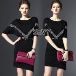 Mini dress คอกลมกว้าง แขนสามส่วน หน้าอกปักเลื่อมสีเงินตรงหน้าอกตัววี ชสยกระโปรงด้วยซ้ายผ่าข้างเล็กน้อย มาพร้อมเข็มขัดหนังหัวเข็มขัดรูปโบว์