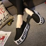 รองเท้าแฟชั่นผู้หญิงสีดำ แบมสวม หุ้มส้น พื้นหนาสีขาวสกรีนตัวอักษร แฟชั่นเกาหลี