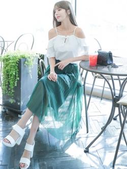 ชุดเซ็ทเสื้อสีขาว + กระโปรงพลีทยาวสีเขียว