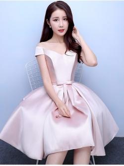 ชุดออกงานราตรีสั้นสีชมพู คอวีปาดไหล่ กระโปรงทรงบาน สวยหรู น่ารัก สไตล์เจ้าหญิง