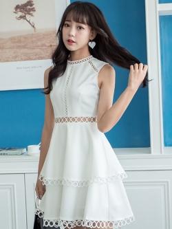 ชุดเดรสสั้นสีขาว