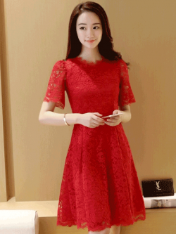 ชุดเดรสลูกไม้สีแดง