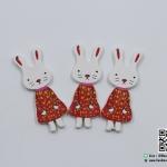 กระดุมไม้ กระต่าย สีแดง ขนาด 55*20 mm [แพ็ค 3 เม็ด]