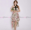 ชุดเดรสยาวสีขาวพิมพ์ลายดอกไม้ คล้องคอแต่งโบว์น่ารักๆ กระโปรงทรงบานแบบหน้าสั้น-หลัง : สินค้าพร้อมส่ง
