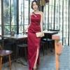 ชุดเดรสออกงานยาวสีแดง ไหล่เฉียง ทรงเข้ารูป กระโปรงผ่าหน้า ผ้าไหมออนแกนดี้ ลุคเรียบหรู สวย หรู ใส่ออกงานได้ทุกงาน