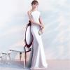 ชุดราตรียาวสีขาว ไหล่เฉียงข้างแต่งระบาย เข้ารูป ลุคเรียบหรู สวยดูดี ใส่ออกงาน ไปงานแต่งงาน