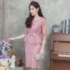 ชุดออกงานผู้ใหญ่สีชมพูกะปิ เซ็ทเสื้อลูกไม้แขนยาวสี่ส่วน มาคู่กับกระโปรงสั้นลูกไม้ทรงเอ สไตล์เรียบร้อย สวย ดูดี สง่า