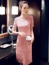 ุชุดเดรสลูกไม้สีชมพู ทรงเข้ารูป แต่งโบว์ริบบิ้นด้านหลังเก๋ๆ
