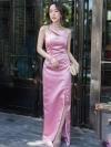 ชุดออกงานยาวสีชมพู ไหล่เฉียง ทรงเข้ารูป กระโปรงผ่าหน้า ผ้าไหมออนแกนดี้ ลุคเรียบหรู สวย หรู ใส่ออกงานได้ทุกงาน
