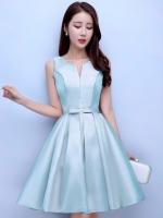 ชุดราตรีสั้นสีฟ้า คอกลมวี แขนกุด กระโปรงทรงบาน แนวชุดออกงานเรียบหรู สวยหวาน ดูดี ราคาไม่แพง