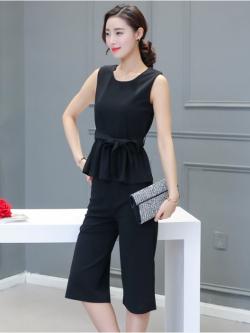 ชุดเซ็ทเสื้อ+กางเกงสีดำ เสื้อแขนกุดเอวระบาย คู่กับกางเกงห้าส่วน