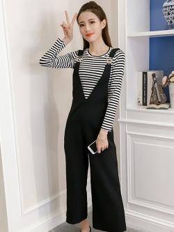 จั๊มสูทกางเกงขายาวสีดำ มาคู่กับเสื้อยืดสีดำลายริ้ว สวยใส น่ารัก