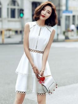 ชุดเดรสสั้นสีขาว กระโปรงแต่งชั้นระบาย ฉลุเอว แนวสวยหวาน น่ารัก สุดเก๋