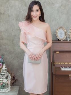 ชุดออกงานสั้นสีชมพู เซ็ทเสื้อไหล่เฉียงแต่งระบาย มาคู่กับกระโปรงสั้นทรงเอ สไตล์สวยเก๋