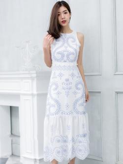 ชุดเดรสยาวสีขาว ปักลายสีฟ้า ลายสวยเก๋ สไตล์สวยใส่ คุณหนูๆๆ ใส่เที่ยว ใส่ออกงานดูเด่น ใส่เที่ยวทะเล