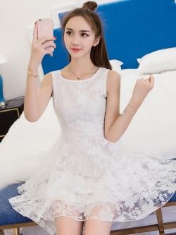 ชุดเดรสสั้นสีขาว ผ้าไหมแก้วลายดอกไม้ กระโปรงหน้าสั้นหลังยาว