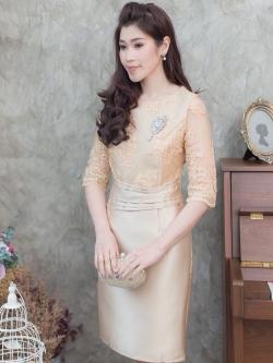 ชุดออกงานไปงานแต่งงานสั้นสีทอง ทรงเข้ารูปแขนสามส่วน ลุคเรียบหรูสวยสง่า สไตล์ผู้ใหญ่