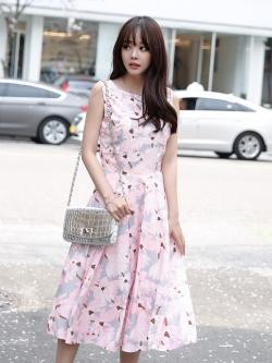 ชุดเดรสยาวสีชมพูลายดอกไม้ ลุคสวยหวาน น่ารัก สวมใส่ได้หลายโอกาส