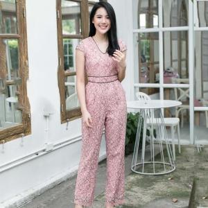 ชุดจั๊มสูทลูกไม้กางเกงขายาวสีชมพู : พร้อมส่ง