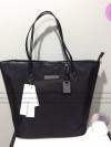 Calvin Klein Jeans tot bag ( Mini ) กระเป๋าสพายไหล่ดีไซน์เรียบหรู วัสดุ Poly Ester มาพร้อมพวงกุญแจสลักโลหะสัญลักษณ์รูปตัวG