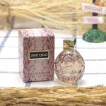Jimmy Choo Eau De Parfum 4.5ml. กลิ่นหอมหวานของผลไม้-ดอกไม้ สอดแซมไว้ด้วยความลึกล้ำของกลิ่นไม้หอมอบอุ่น เข้มข้น การออกแบบกลิ่น ได้รับแรงบันดาลใจจากผู้หญิงยุคใหม่ ที่มีความแข็งแกร่ง เต็มไปด้วยอำนาจ และมีทั้งความงามกับเสน่ห์เย้ายวนใจ ซึ่งมาจากความลึกลับที่ซ