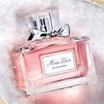 Christian Dior Miss Dior Eau De Parfum Spray 50ml. น้ำหอมแนวกลิ่น Floral Chypre ที่ให้ความสดชื่นและความหวาน พร้อมเผยเอกลักษณ์ความโก้หรู ที่ผสมผสานกันด้วยแมนดารินอิตาลี่,แทงเจอรีน,ใบสตรอเบอร์รี่,จัสมินอียิปต์และไวโอเล็ต ผสมด้วยคาราเมลป๊อปคอน,สตรอเบอร์รี่เช