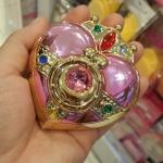 SAILOR MOON BLUSH MAKEUP บลัช หัวใจเซเลอร์มูน น่ารักมาก มาพร้อมกระจก และ พัฟ มินิ ปัดพวงแก้มให้ชมพูระเรื่อ น่ารัก MADE IN JAPAN เซเลอร์มูน (Sailor Moon) ตัวการ์ตูนสุดน่ารักขวัญใจสาวๆ ทั่วโลก ด้วยคาแรคเตอร์เหล่าสาวๆ เซเลอร์ ที่มีหน้าตา รูปร่าง เป็นเอกลักษณ