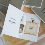 Chanel Gabrielle Chanel EDP 1.5 ml. น้ำหอมสำหรับผู้หญิงโดย CHANEL กับองค์ประกอบอันเจิดจรัส เป็นประกาย ของ solar flower ที่รังสรรค์ขึ้นโดย โอลิเวอร์ โพลช์