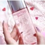 Clinique Happy Heart Eau De Perfume Spray ขนาดปกติ 50 ml. น้ำหอมที่ให้ความหอมของกลีบดอกไม้ ให้กลิ่นสดชื่น สบายของไอเย็นจากยอดเขา เสริมด้วยกลิ่นหวานซ่อนเปรี้ยวของส้ม (Mandarin) พร้อมเพิ่มความโดดเด่นเฉพาะของความเป็นผู้หญิง ด้วยกลิ่นดอกไม้นานาชนิดทั้ง yellow