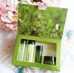 Innisfree Green Tea Special Kit (4 items) เซ็ตบำรุงผิวหน้า น้ำสกัดจากชาเขียวออแกนิกที่เกาะเจจู ช่วยบำรุงให้ผิวชุ่มชื้น เติมน้ำให้กับผิวหน้าที่แห้ง และหมองคล้ำ ให้กลับมามีผิวที่เปล่งปลั่ง กระจ่างใส น่าสัมผัส อย่างเป็นธรรมชาติ ลดรอยจุดด่างดำ ให้ผิวแข็งแรง บ