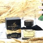 Burberry My Burberry Black Parfum 5ml. เผยความอ่อนหวาน เย้ายวน ของหญิงสาว มอบความรู้สึกเหมือนอยู่ในสวนของลอนดอน หลังพายุฝน ที่แวดล้อมไปด้วยพืชสีเขียวและดอกไม้เล็กๆ แสนน่ารัก พร้อมความอบอุ่นของ แสงแดดอ่อน ผสานความหอมหวานของดอกไม้ Top Notes : มะลิ Middle No