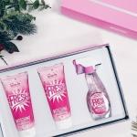 Moschino Pink Fresh Couture set 3 pcs. - Eau De Toilette Spray 50ml. - Body Lotion 100ml. - Shower Gel 100ml. Pink Fresh Couture น้ำหอมกลิ่นดอกไม้นานาพรรณ เป็นดั่งวัตถุ แห่งความปรารถนาชิ้นใหม่จาก Moschino ที่ตีความกลิ่นตั้งต้นในวิถี ชวนฝันและน่ารื่นรมย์ เ