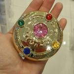 SAILOR MOON COMPACT POWDER แป้งอัดแข็งมาในตลับเซเลอร์มูนสุดแสนจะน่ารักสีทองประดับ crystal ใช้แล้วหน้าใสมากๆ MADE IN JAPAN LIMITED EDITION แป้งแข็ง ทรานลูเซ๊นท์ เซเลอร์มูน (Sailor Moon) ตัวการ์ตูนสุดน่ารักขวัญใจสาวๆ ทั่วโลก ด้วยคาแรคเตอร์เหล่าสาวๆ เซเลอร์