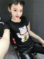 เสื้อยืดแฟชั่นสีดำลายแมวกวัก