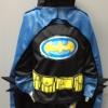 Batman แบบใหม่ (งานลิขสิทธิ์) ชุดแฟนซีเด็กแบทแมน เซ็ท 3 ชิ้น ผ้าคลุมสีฟ้าวิ้งๆ ช่วงแขนแต่งหนามเท่ห์ๆ ไฟกระพริบสีเหลือง ปะแปะเข็มขัดเหลืองเจาะเป็นกระเป๋า งานดีมาก สวยเวอร์ค่ะ size XS, S, M, L, XL