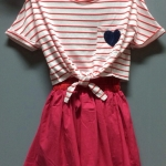 (เด็กโต) ชุดกระโปรงผ้ายืด 2 ชิ้น สีชมพู ด้านในเป็นชุดสายเดี่ยว มีเสื้อคลุมริ้วด้านนอก แยกชิ้นกันค่ะ ไซส์ค่อนข้างใหญ่นะคะ size 140